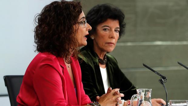 María Jesús Montero, ministra de Hacienda, e Isabel Celaá, portavoz del Gobierno