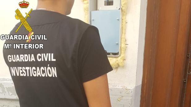 Imagen de un agente de la Guardia Civil durante el operativo desplegado en Buñol