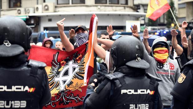 La Policía frena una marcha fascista en Valencia, el pasado 9 de octubre