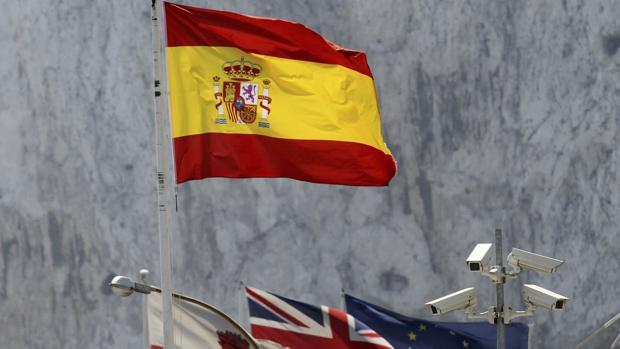 La bandera de España en el puesto fronterizo de La Línea de la Concepción (Cádiz)