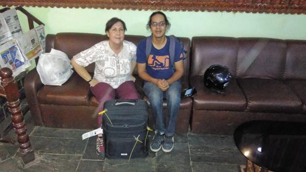 La vieja maleta con material que Maribel ha llevado este año a un orfanato de Nepal