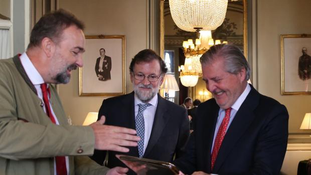 El archiduque Carlos de Habsburgo, el expresidente del Gobierno Mariano Rajoy y el exministro Íñigo Méndez de Vigo, ayer en Madrid