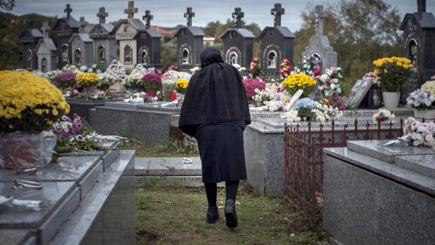 Una mujer, este jueves, en el cementerio de Muíños (Orense)