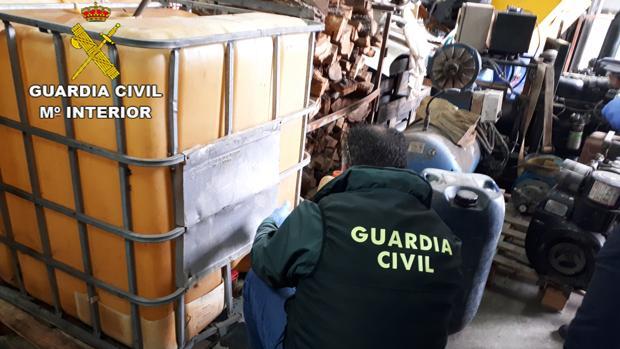 Imagen facilitada por la Guardia Civil de uno de los registros de la Operación Caldox