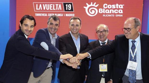 Dolón, Guillén, Sánchez con el presidente de los hoteleros de Hosbec, Toni Mayor y un directivo de la organización