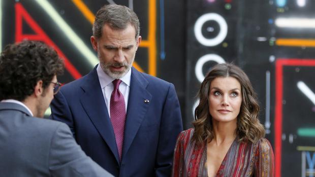 El rey Felipe VI y la reina Letizia observan la maqueta del Centro Cultural de España, en Lima (Perú)