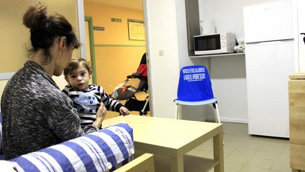 El pequeño Martin con su madre, Raquel, en la nueva sala