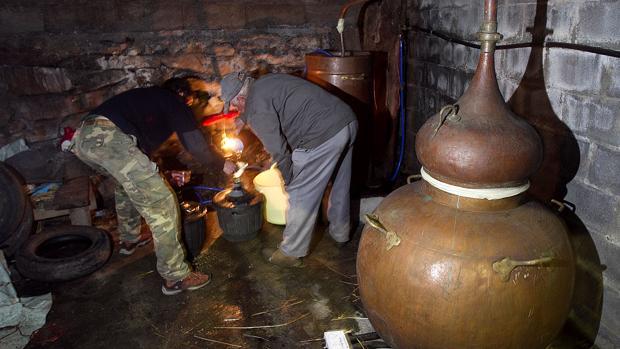 Alambique en una aldea de Orense durante la elaboración de licor