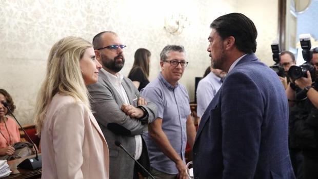 El concejal socialista Carlos Giménez (izquierda), junto a su compañera Eva Montesinos y frente al alcalde de Alicante, Luis Barcala