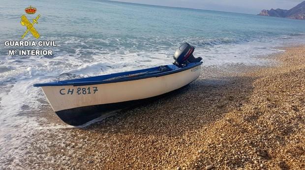 Imagen de archivo de otra de las pateras que han llegado este año a la costa de Alicante