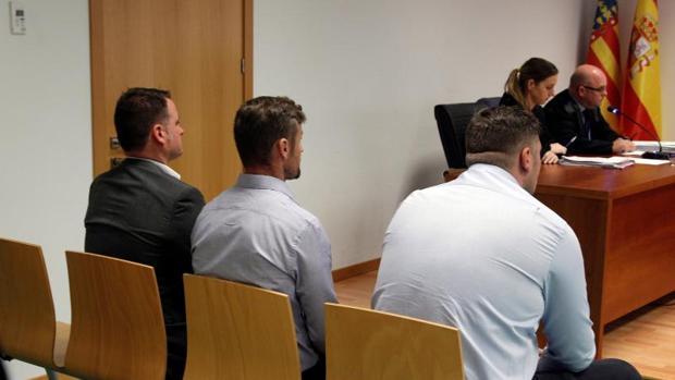Los tres acusados, sentados en el banquillo durante el juicio, este miércoles