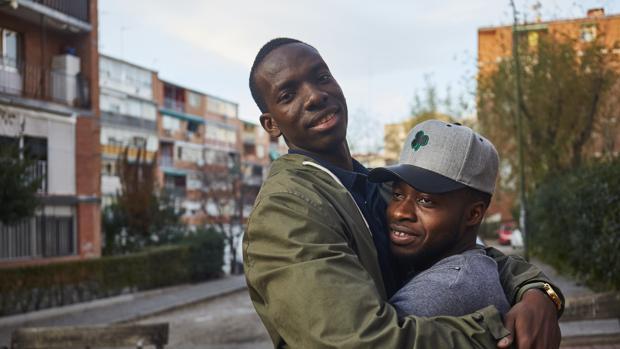 Mahamoud (derecha) y Ebrima, en un barrio de Madrid, la ciudad donde viven y trabajan