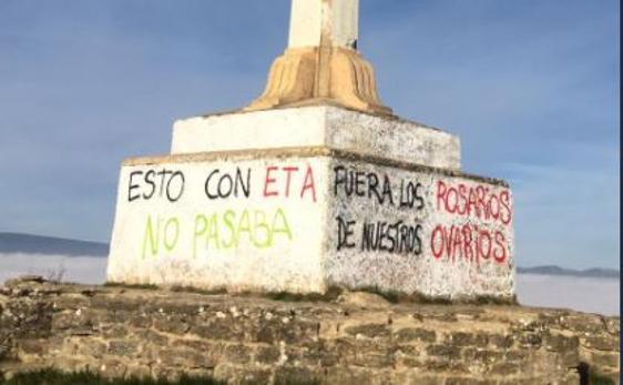 «Esto con ETA no pasaba»: Atacan con pintadas la cruz de Olárizu de Vitoria