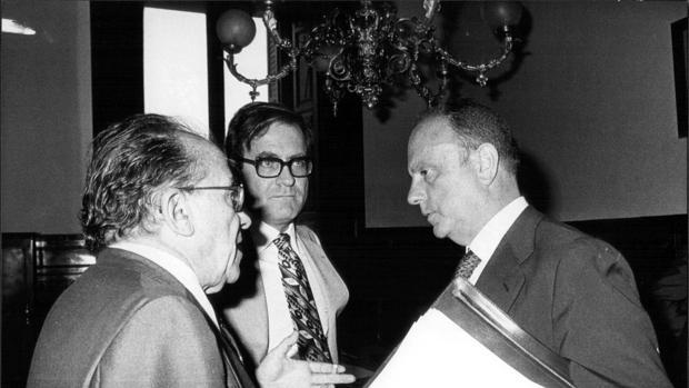 En la imagen, Santiago Carrillo conversa con Manuel fraga Iribarne y Ramón Tamames, en 1977.
