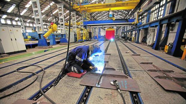 Un operario en las instalaciones de Navantia en Ferrol