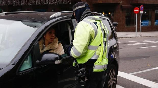 Un Policía Municipal pide la documentación a una conductora en el acceso de Conde Casal