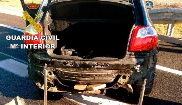 Parachoques trasero de un vehículo en el que había un doble fondo con 11,5 kilos de cocaína