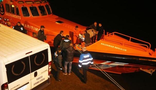 Desembarco a última hora de este miércoles de los cuerpos de los marineros fallecidos en el naufragio en el puerto de Porto do Son (La Coruña)