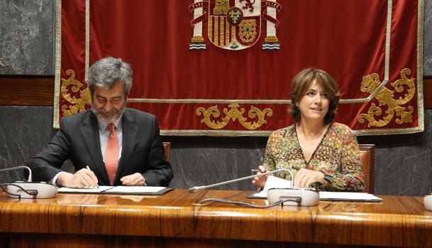 El presidente del CGPJ, Carlos Lesmes, y la ministra de Justicia, Dolores Delgado, firman un acuerdo