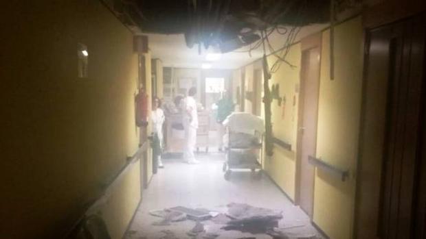 Imagen del techo derrumbado en un pasillo del hospital de Albacete