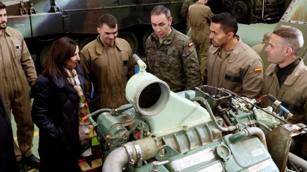 La ministra de Defensa, Margarita Robles, durante su visita a la Academia de Logística de Calatayud