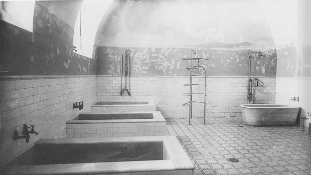 Baños y duchas en la planta semisótano a mediados del siglo XX. Fotografía Rodríguez. ARCHIVO HISTORICO PROVINCIAL DE TOLEDO