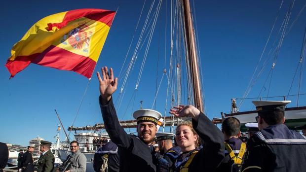El buque-escuela Juan Sebastián de Elcano, en el puerto de Cádiz, ayer antes de su partida