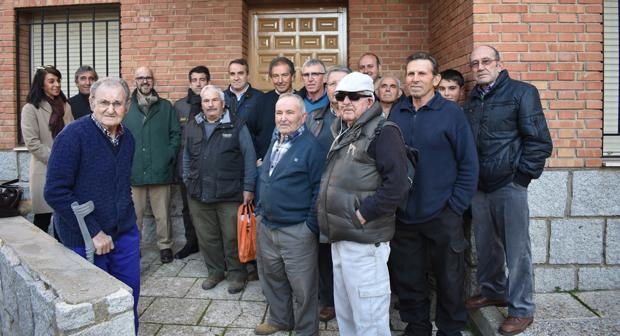 Agricultores y ganaderos ante la sede que el Ayuntamiento quiere derribar