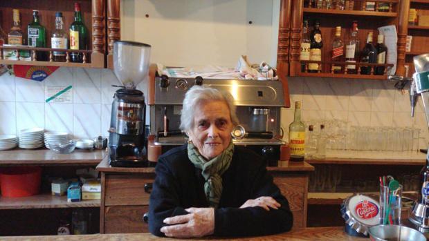 Ascensión Ramón, en su bar de Bárcena de la Abadía