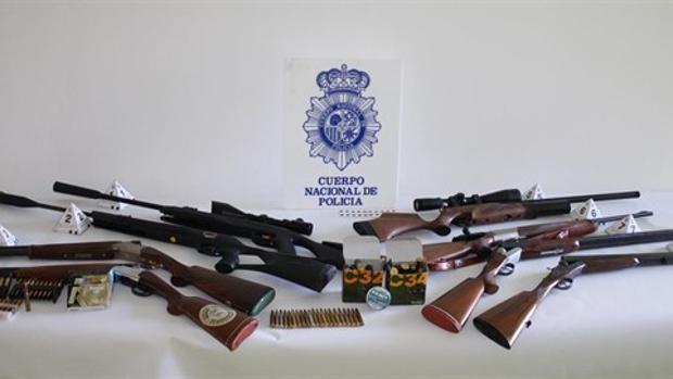 Algunas de las escopetas utilizadas por el autor de los disparos