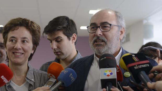 El líder de Equo Madrid, Alejandro Sánchez, ante los medios durante reunion en 2017 de Podemos Madrid, IU Madrid y Equo Madrid.