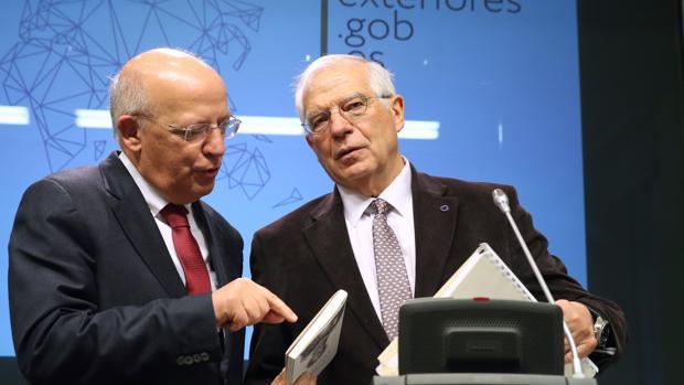 El ministro de Asuntos Exteriores, Josep Borrell (d), junto a su homólogo portugués Augusto Santos