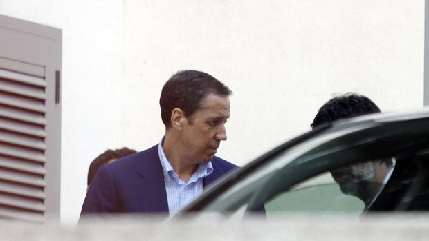 Imagen de Zaplana tomada en su chalé de Benidorm el día de su detención