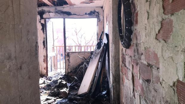 Interior de la vivienda donde se originó el fuego