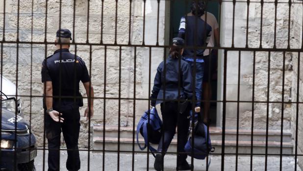 Imagen de varios efectivos de la Policía Nacional en Alicante