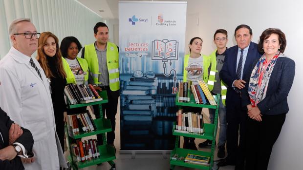 Sáez Aguado, García Cirac y Mar Sancho junto a los voluntarios del programa «Lecturas Pacientes»