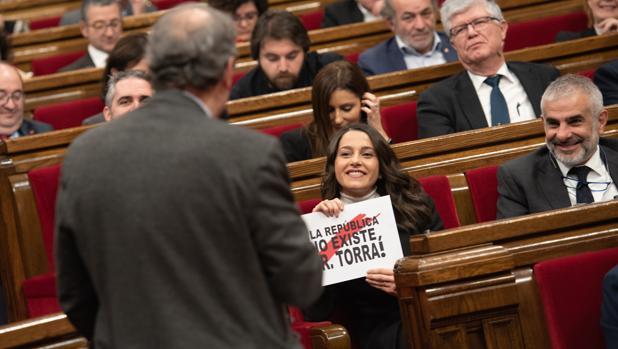 La líder de la oposición en Cataluña recuerda a Torra que la república no existe