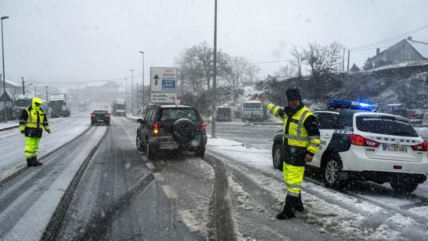 Caos circulatorio en las carreteras orensanas debido a la nieve