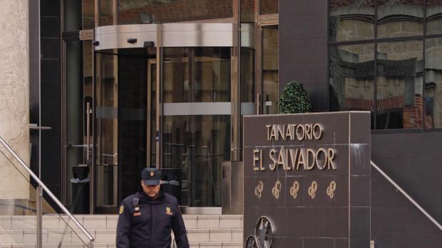 Efectivos de la Policía Nacional registraron las diferentes sedes del tanatorio durante todo el día de ayer