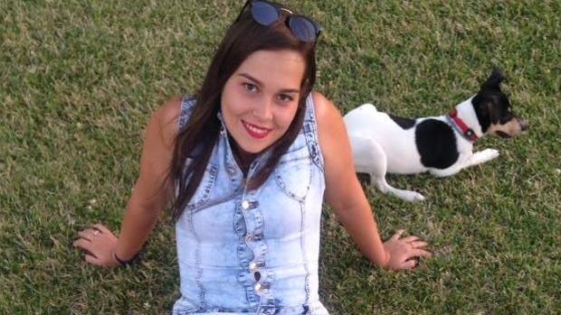 La joven, con uno de sus dos perros