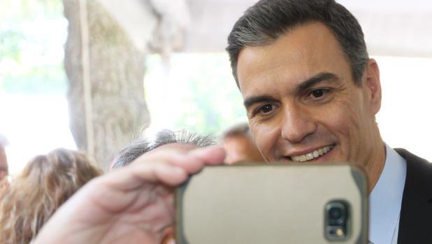 El presidente del Gobierno, Pedro Sánchez, posa para una foto durante su visita a México