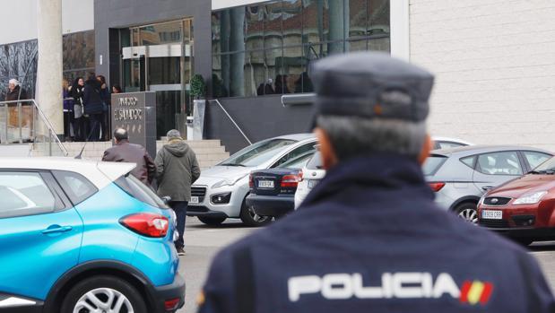 Efectivos de la Policía Nacional, durante el registro la pasada semana