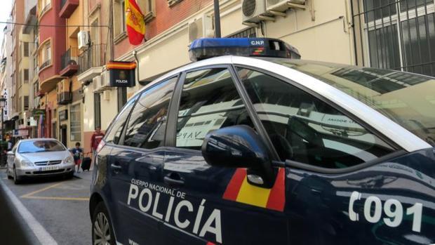 Un coche patrulla junto a dependencias policiales en Alicante
