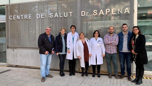 Imagen de la concentración de médicos y profesionales sanitarios frente a un centro de salud de Elche