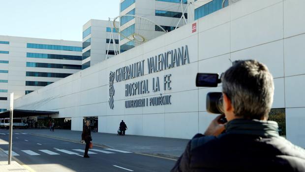 Un periodista toma imágenes del exterior del hospital La Fe, donde se encuentra ingresado Zaplana