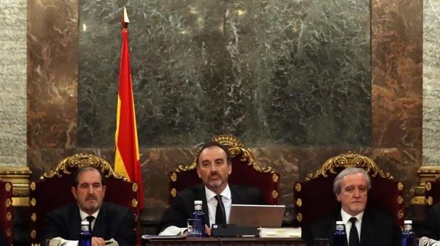 Tres jueces de los siete magistrados del tribunal del «procés», con el presidente Marchena en medio