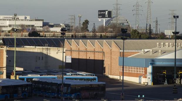 Autobuses aparcados junto a las naves de las cocheras de la EMT en Fuencarral