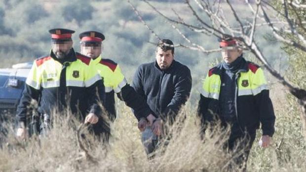 Ismael Rodríguez, rodeado de agentes de los Mossos d'Esquadra