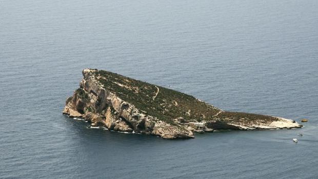 La isla de Benidorm, con el restaurante junto al mar en un edificio municipal