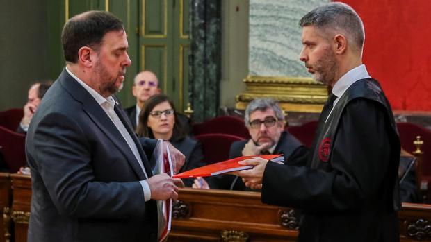 El exvicepresidente del Gobierno catalán Oriol Junqueras intercambia documentación con su abogado Andreu Van Den Eynde